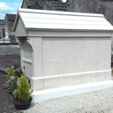 Grand monument funéraire blanc